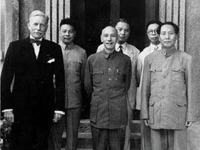 https://upload.wikimedia.org/wikipedia/commons/5/56/Mao_and_Chiang1945.jpg