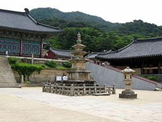 https://upload.wikimedia.org/wikipedia/commons/thumb/1/19/Korea-Haeinsa-06.jpg/250px-Korea-Haeinsa-06.jpg