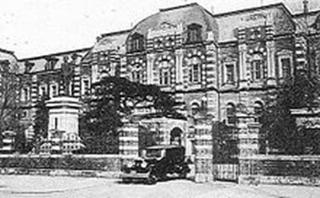 https://upload.wikimedia.org/wikipedia/commons/thumb/b/b1/Japanese_Navy_Ministry_Building.JPG/220px-Japanese_Navy_Ministry_Building.JPG