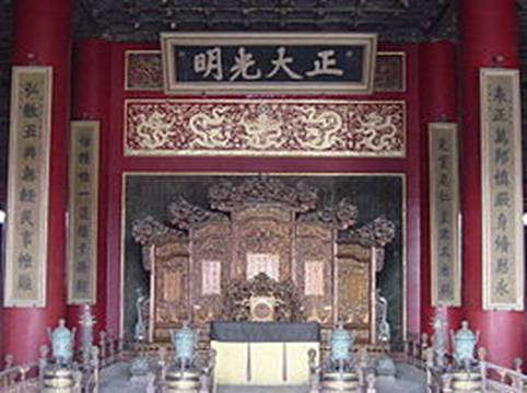 https://upload.wikimedia.org/wikipedia/commons/thumb/7/75/Inside_the_Forbidden_City.jpg/270px-Inside_the_Forbidden_City.jpg